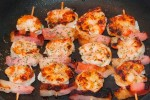 Brocheta de langostino y bacon